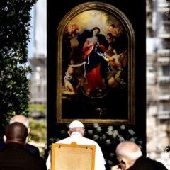 """Nel 1986 il gesuita Bergoglio """"folgorato"""" dalla Madonna che scioglie i nodi"""