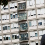 """Sguardi puntati alle finestre del Papa al Policlinico Gemelli, la gente prega: """"Guarisci presto"""""""